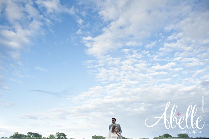 Photo de mariés devant un ciel bleu