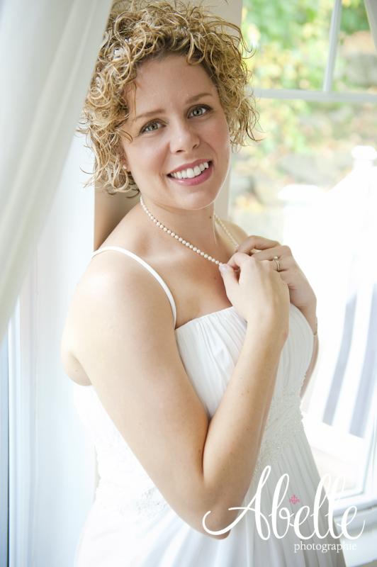 Portrait d'une mariée rayonnante: Abelle photographie.